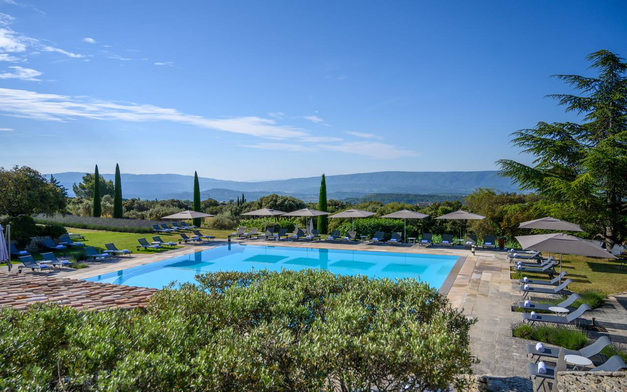 View of the garden with the pool, hotel Gordes, Hotel Les Bories