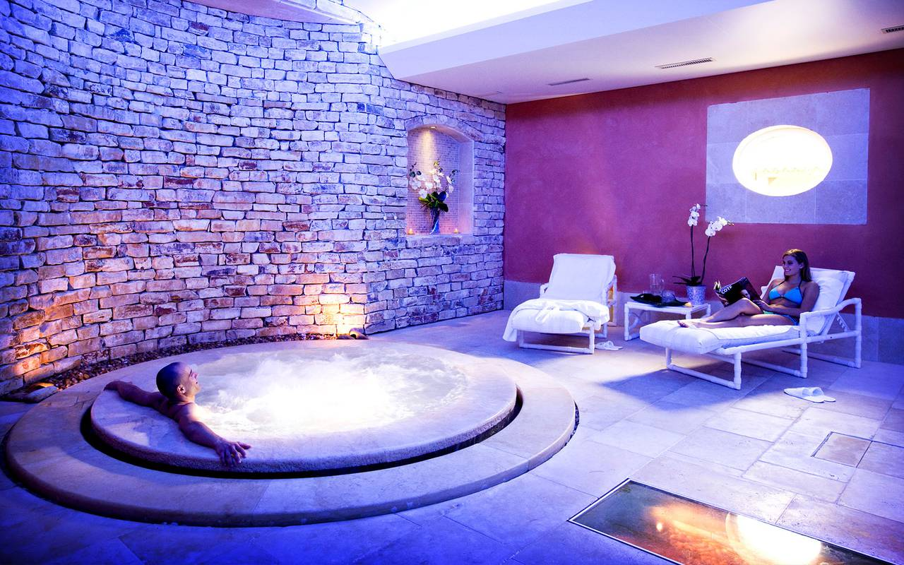 Spa and relaxation area hotel cassagne de luxe provence
