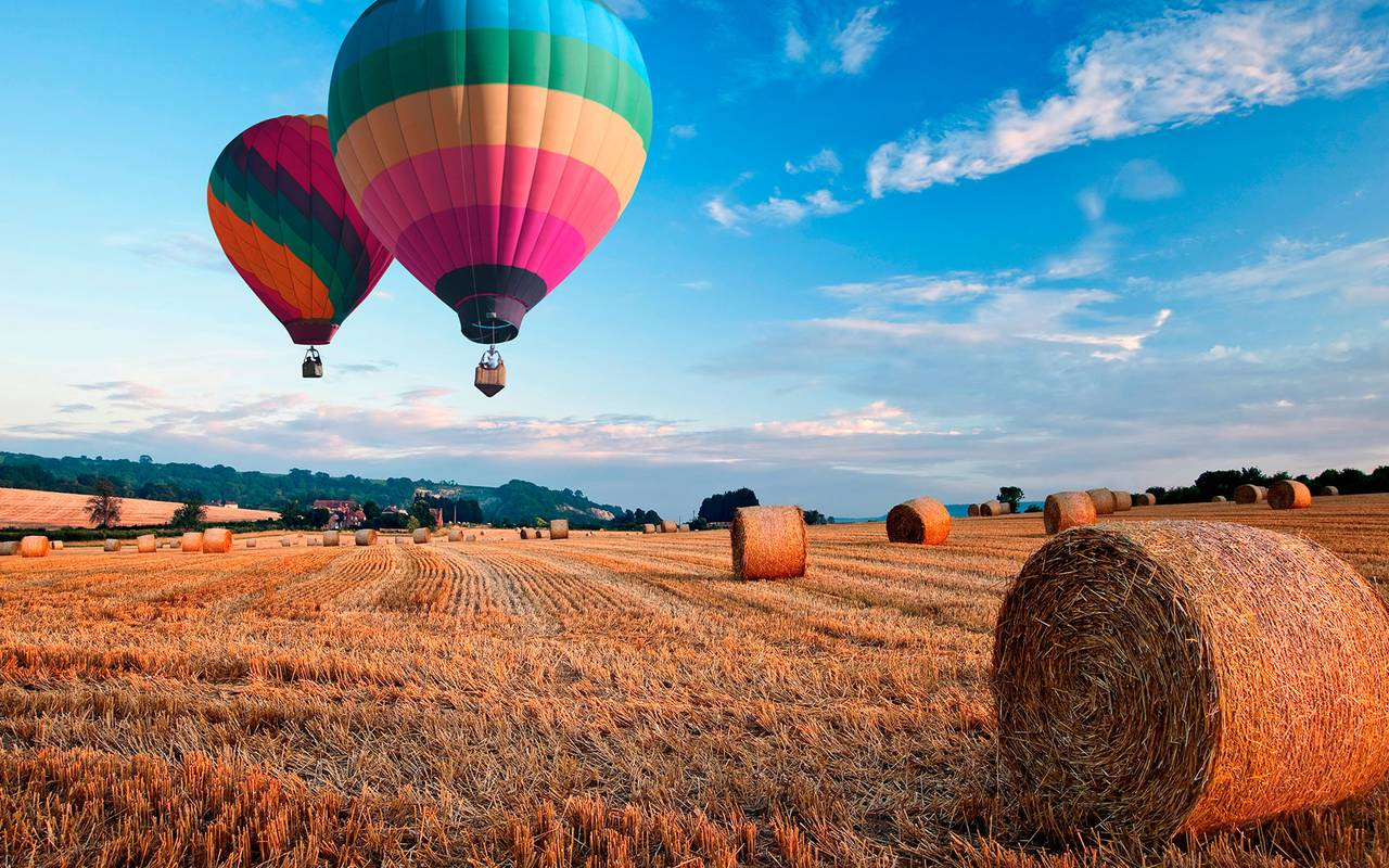 Colored hot air balloon in a field, luxury stay in provence saint remy de provence, Le Vallon de Valrugues & Spa.