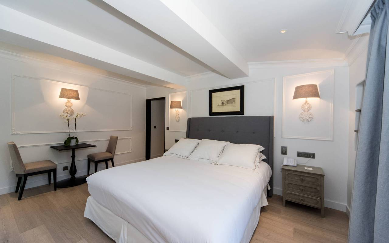 Stay in a luxurious room at the charming hotel Les Bories