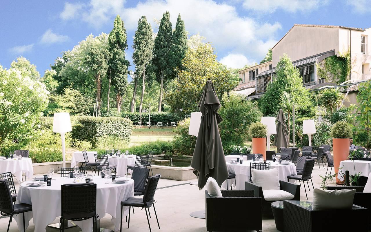 Repas sur la terrasse en extérieure entourée d'un jardin verdoyant, hotel restaurant saint remy de provence, Hôtel de L'Image.