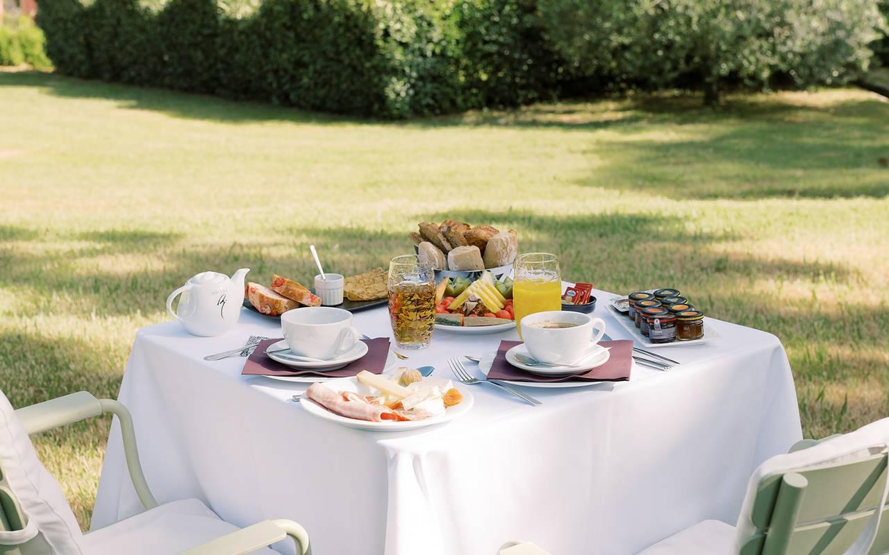 Petit déjeuner sur la terrasse extérieur dans le jardin, hôtel 4 étoiles provence, Hôtel de L'Image.