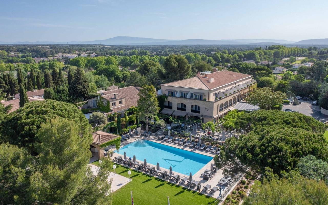 Vue aérienne du Vallon de Valrugues, hôtel spa de luxe 5 étoiles à Saint Rémy de Provence