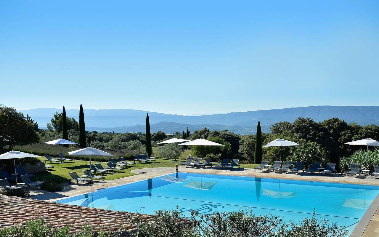 Grande piscine extérieure sous le soleil hôtel st rémy de provence