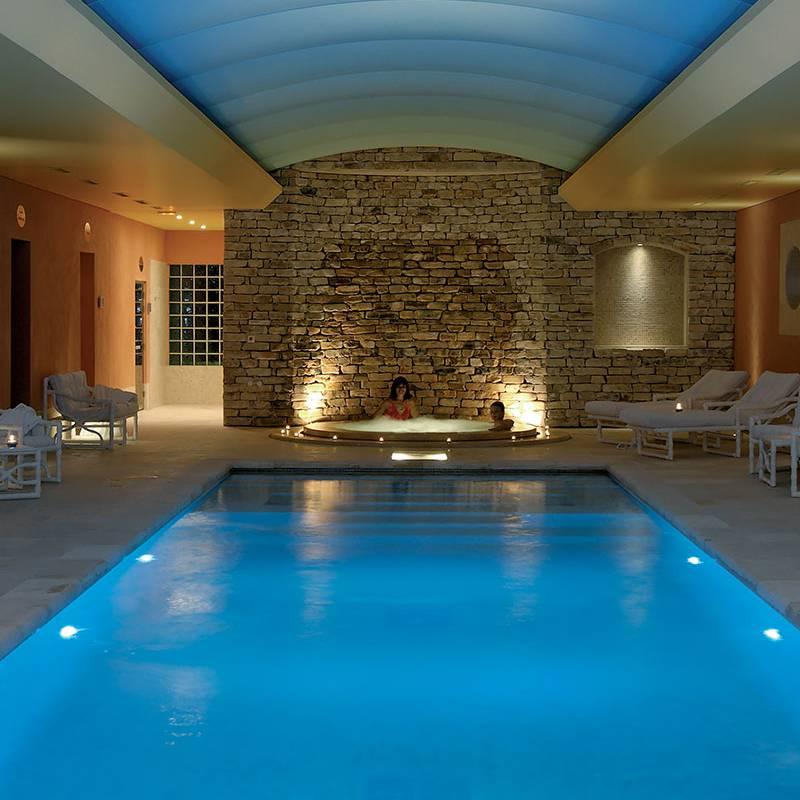Piscine intérieure et jacuzzi hôtel de luxe provence