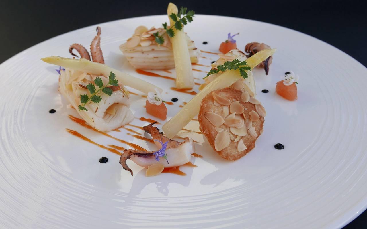 Plat du restaurant gastronomique, hôtel 5 étoiles à Gordes, hôtel Les Bories
