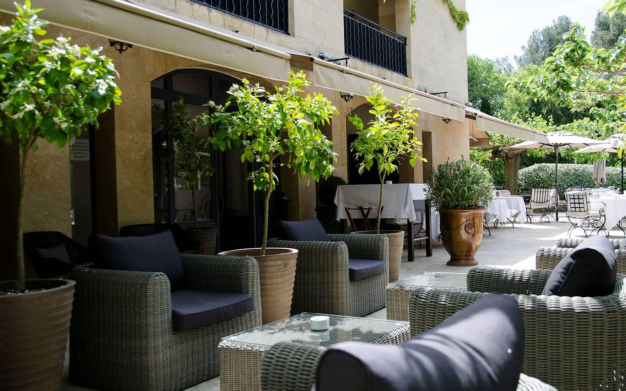 Salon de jardin spacieux, hôtel 5 étoiles Saint Rémy de Provence, Le Vallon de valrugues