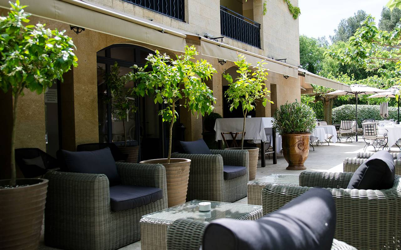 Salon de jardin spacieux hôtel valrugues spa provence
