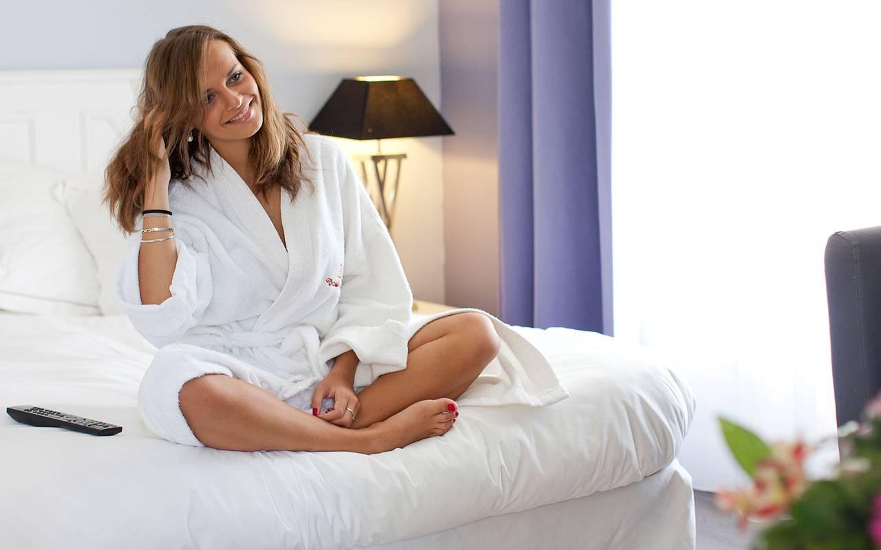 Pause relaxation dans la chambre de l'hôtel spa provence