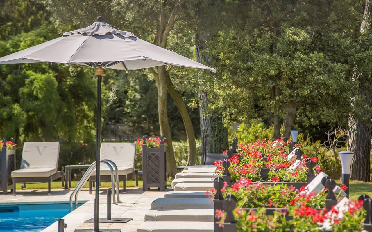 Magnifique jardin fleuri hôtel alpilles