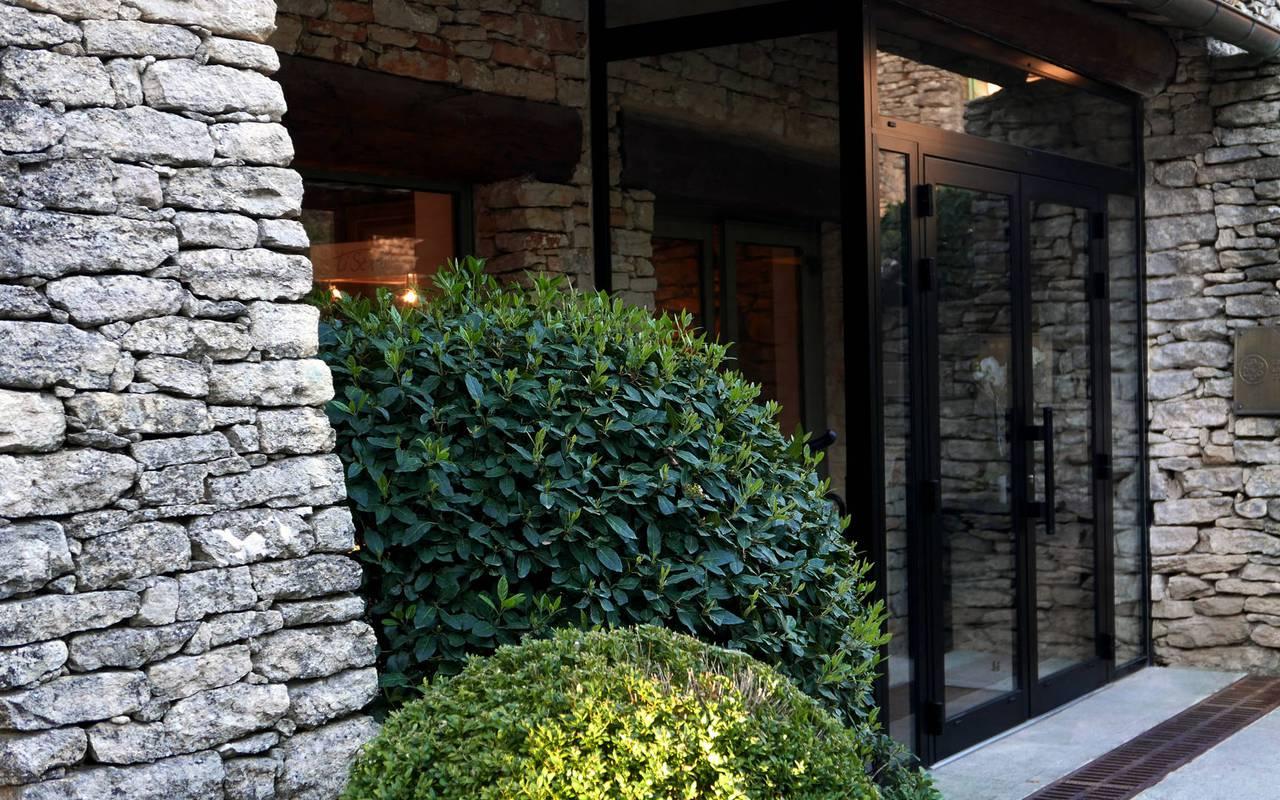 Entrée hôtel de luxe les Bories en Provence